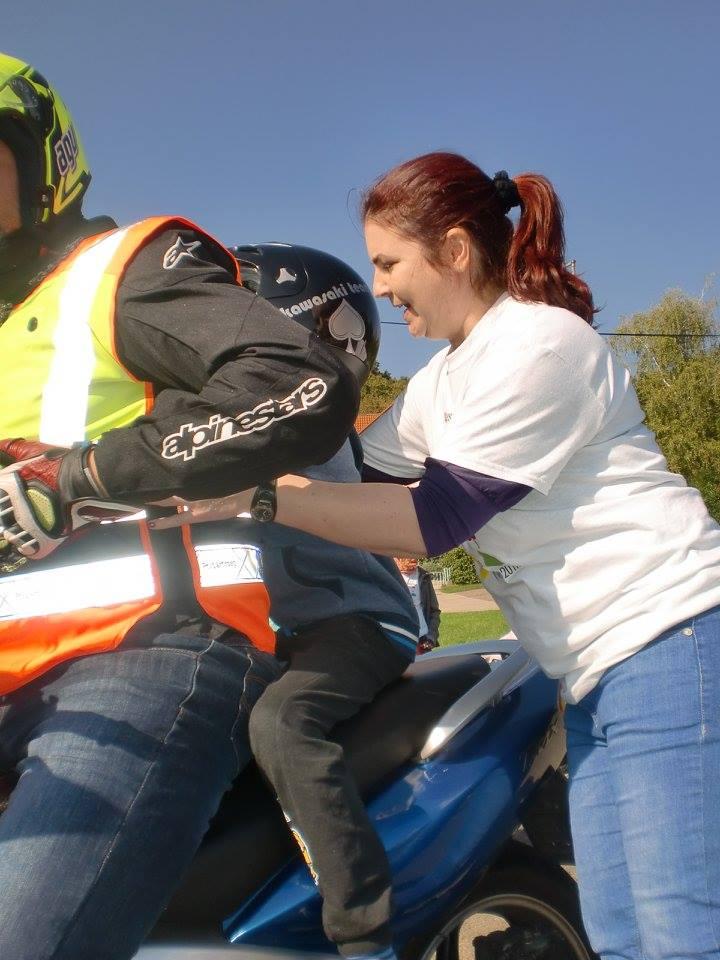 Motoros kisgyerek segítő